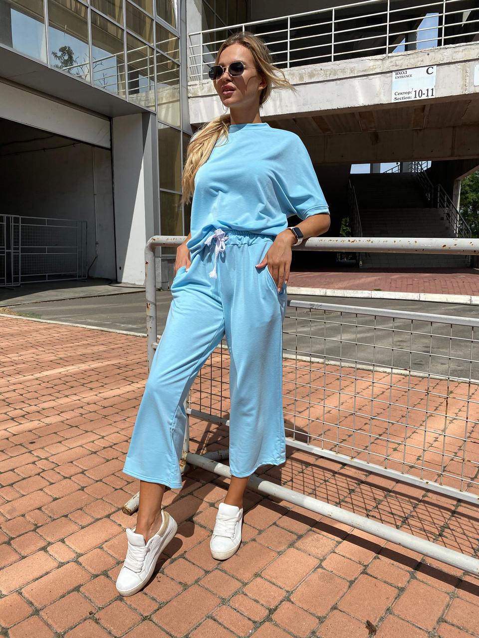 Женский стильный легкий костюм: свободная футболка и штаны кюлоты