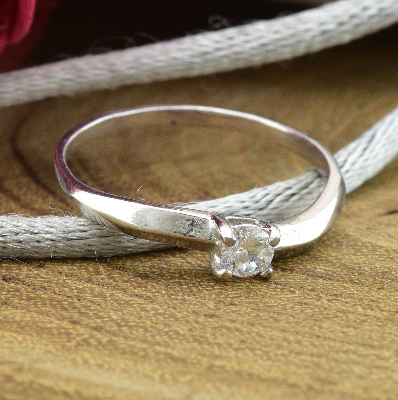 Серебряное кольцо размер 18 белые фианиты  вес 1.35 г