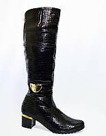 Женские зимние  сапоги на невысоком устойчивом каблуке, декорированы брошкой, кожа крокодил.