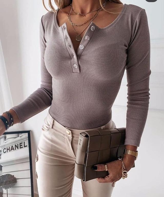 Женская облегающая кофточка в рубчик на пуговках