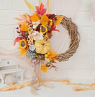 Осенний венок с желтой тыквой и подсолнухами