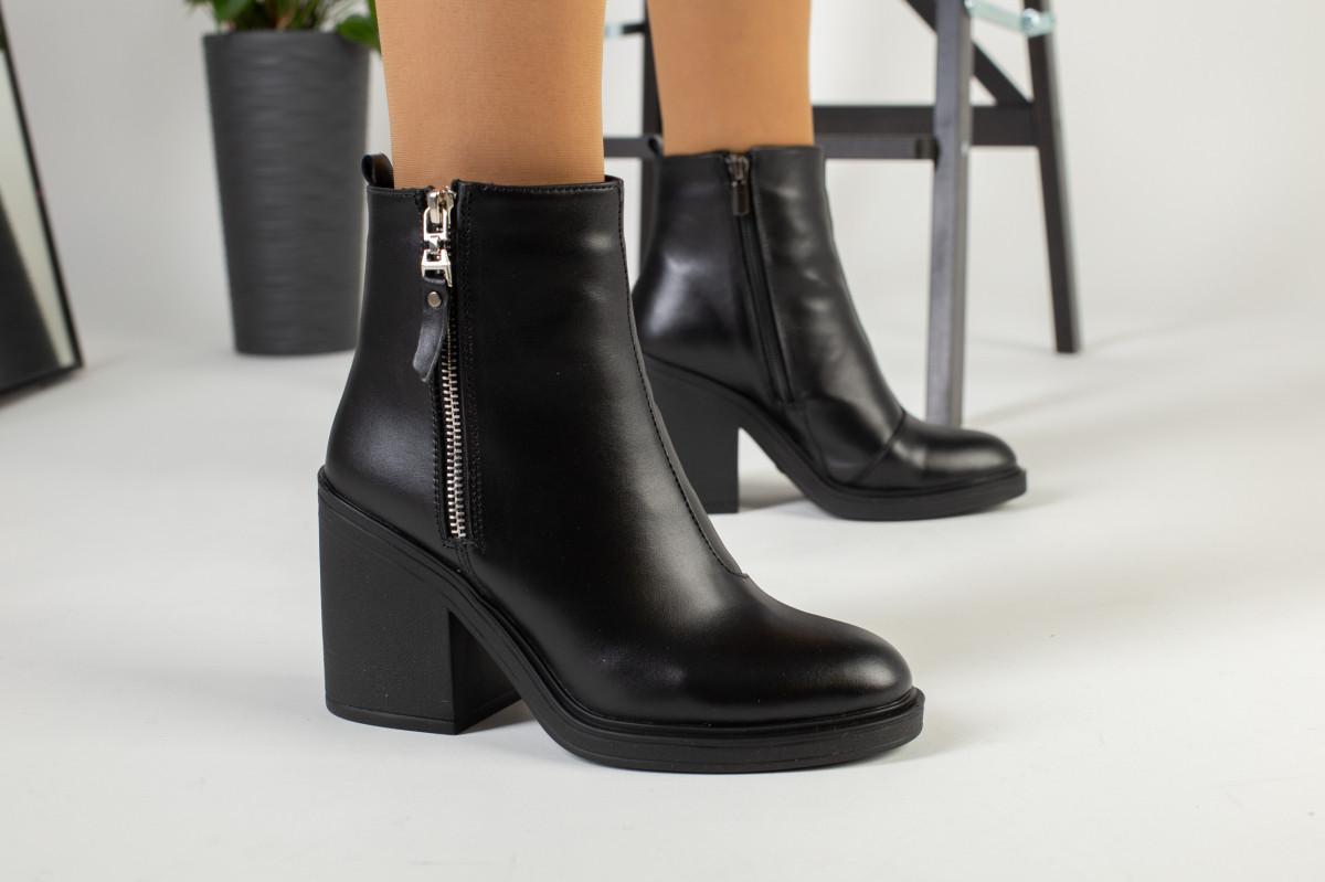 Зимние женские ботинки, кожаные, черные, на меху, с замочками, на небольшом устойчивом каблуке