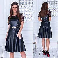 Женское платье из эко-кожи с гипюром