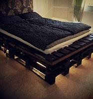 Деревянная кровать с подсветкой из паллет