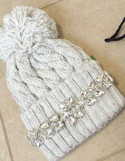 Вязаная шапка с бубоном и украшением (много цветов)