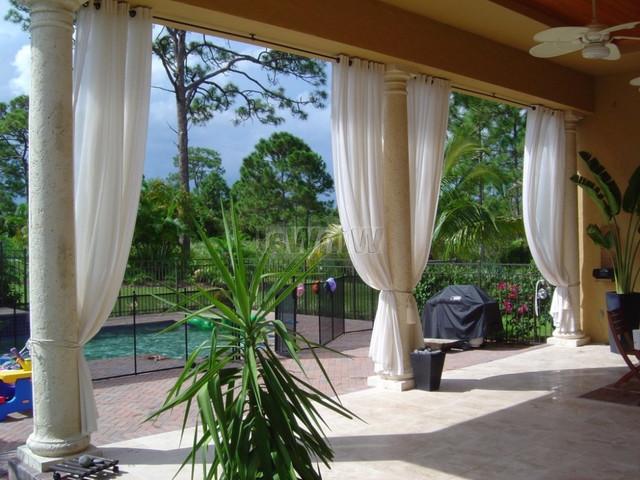 шторы для веранды ― материл высококачественный полупрозрачный полиэстер ― стирать  можно при 90 градусах. очень длительный срок службы.