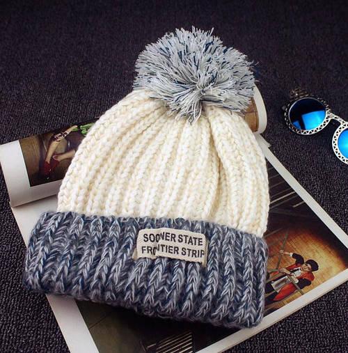 Вязаная шапка с помпоном и нашивкой (три цвета)