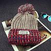 Вязаная шапка с помпоном и нашивкой (три цвета), фото 2