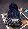Вязаная шапка с помпоном и нашивкой (три цвета), фото 3