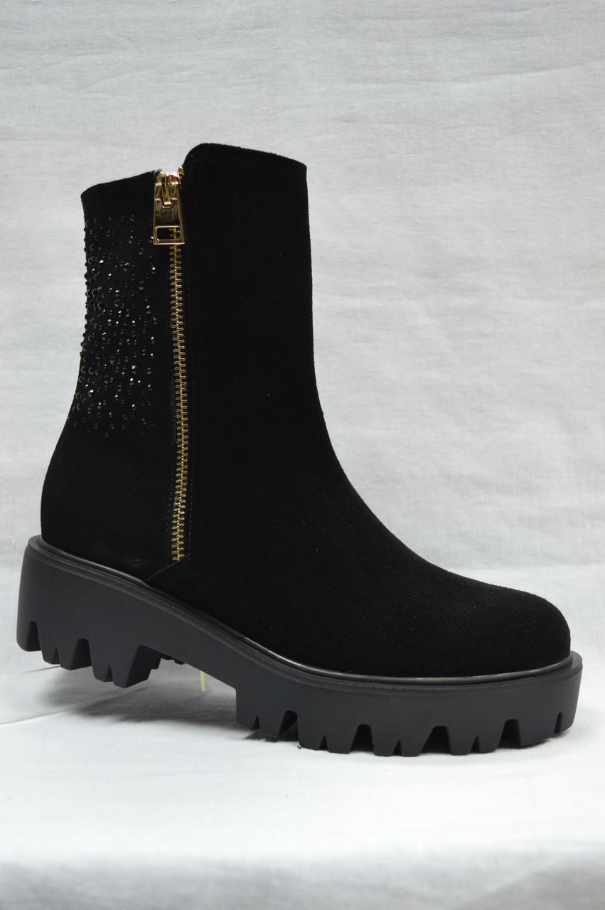 Черные замшевые ботиночки на толстой подошве .Украина.
