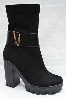 Черные  модельные замшевые  ботинки на каблуке и платформе.Украина.