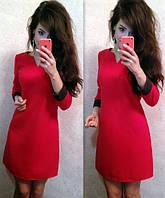 Платье с яркими манжетами