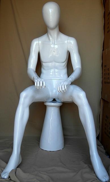 Манекен мужской сидячий. Белого цвета.