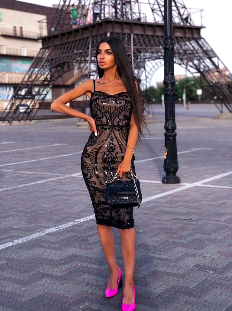 Стильное вечернее платье миди с пайетками без рукава