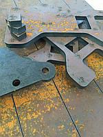 Лазерная резка толстостенного черного листового металла.