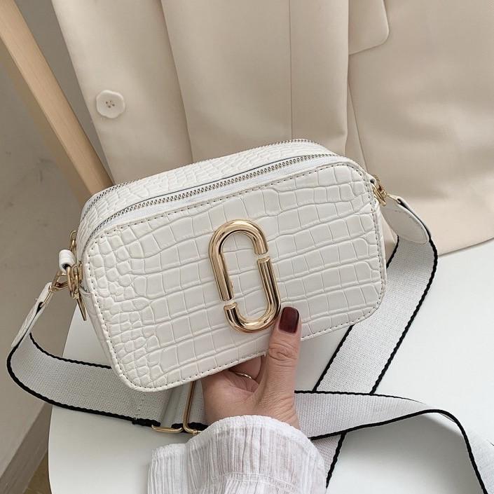 Женская прямоугольная сумка на ремешке рептилия белая