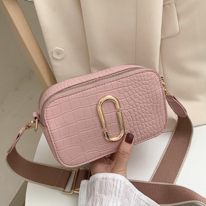 Женская прямоугольная сумка на ремешке рептилия розовая пудра