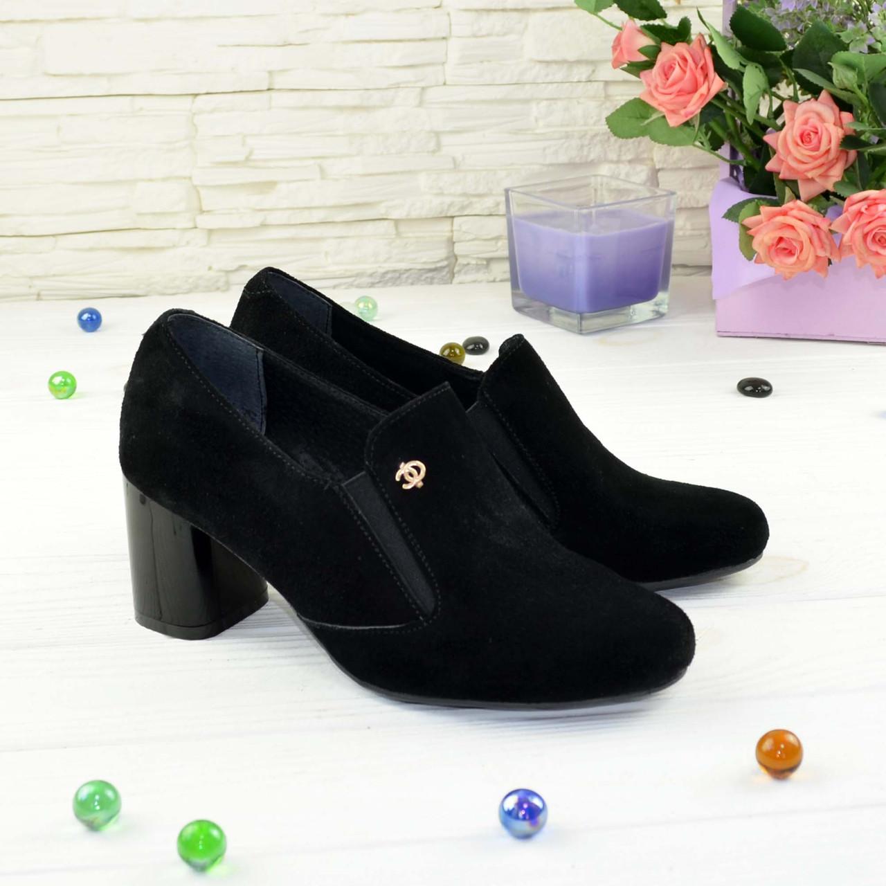 Черные замшевые женские туфли на невысоком каблуке, декорированы фурнитурой