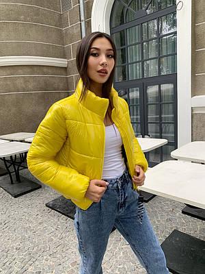 Короткая дутая модная желтая куртка женская