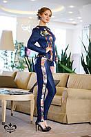 """Женский костюм с брюками """"Аллюр"""" цветочный принт+темно-синий"""