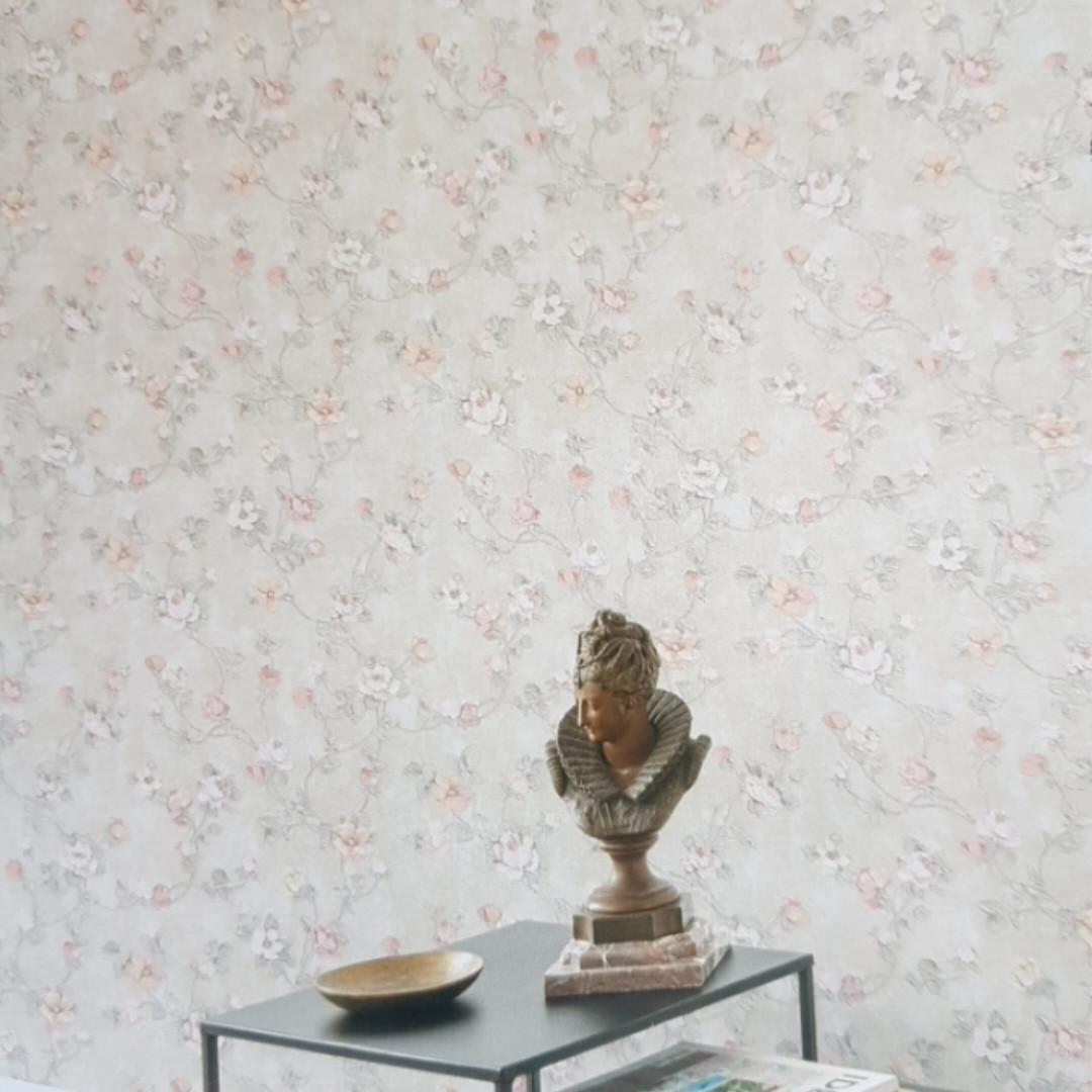 Обои виниловые на флизелине Grandeco Virtuoso метровые под гобелен цветы  розы розовые листья на бежевом