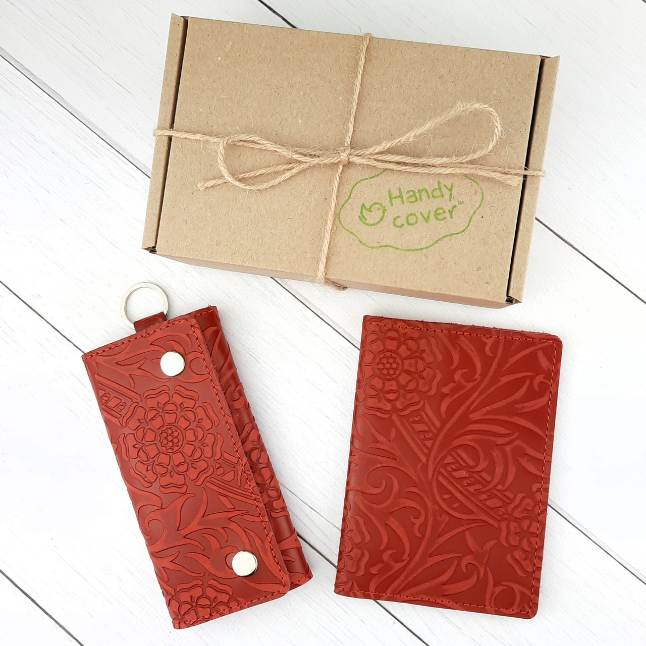 Подарунковий набір №18: Обкладинка на паспорт + ключниця Амелія (червоний квітка)