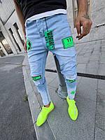 Весенне-осенние мужские джинсы зауженные голубые с зелеными надписями