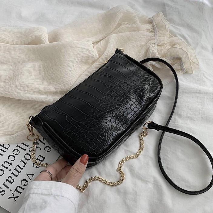 Женская сумочка на ремешке цепочке рептилия багет черная