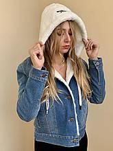Джинсовая курточка с белым капюшоном