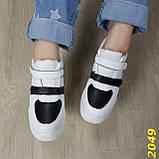 Сникерсы кроссовки на высокой платформе с танкеткой на липучках белые с черным, фото 2