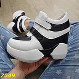 Сникерсы кроссовки на высокой платформе с танкеткой на липучках белые с черным, фото 9