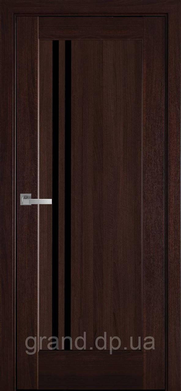 Межкомнатные двери Новый Стиль Делла ПВХ DeLuxe с черным стеклом, цвет Каштан