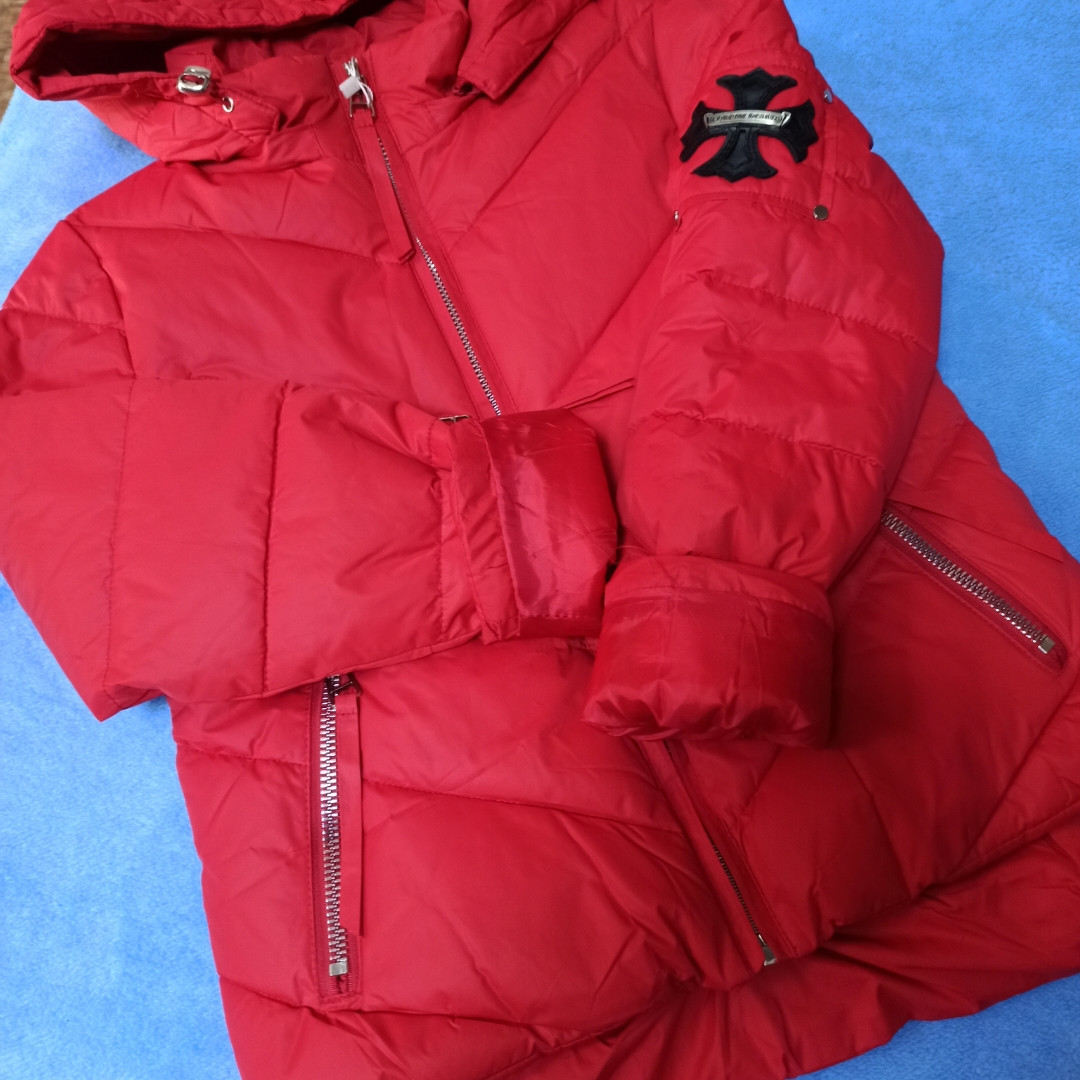 Куртка модная демисезонная для девочки с отстежным капюшоном и карманами.