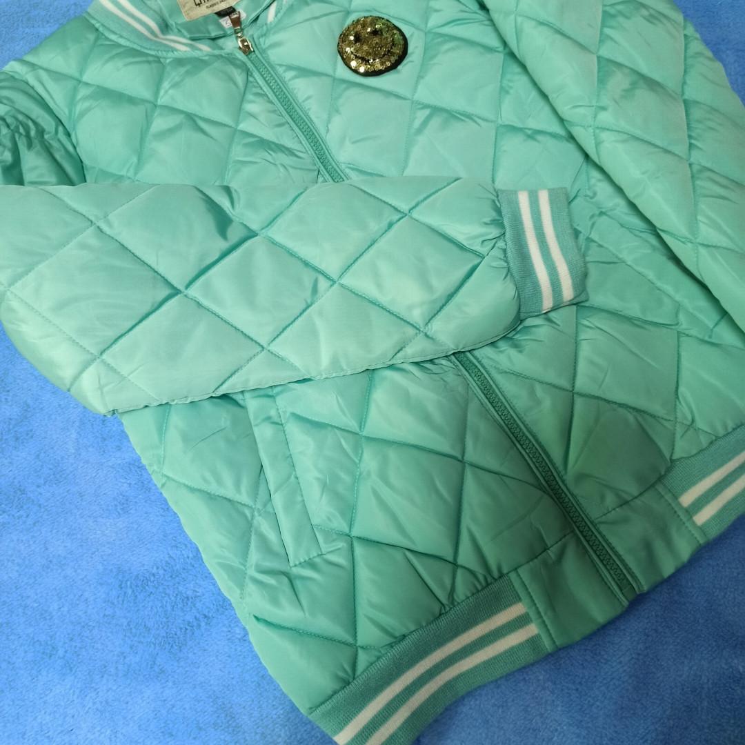 Куртка модная демисезонная для девочки с карманами и со смайликом.