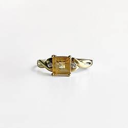 Золоте кільце з жовтим турмаліном і діамантами