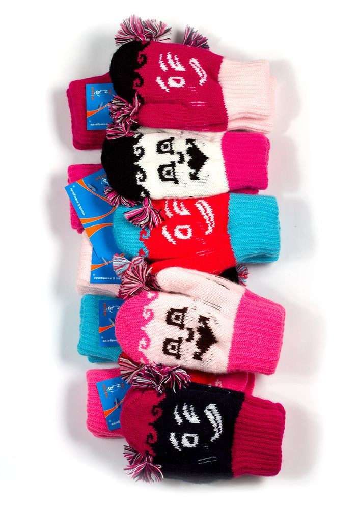 Дитячі теплі красиві в'язані рукавиці з пензликами.
