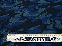 Ткань джерси с начесом камуфлированный принт синего цвета