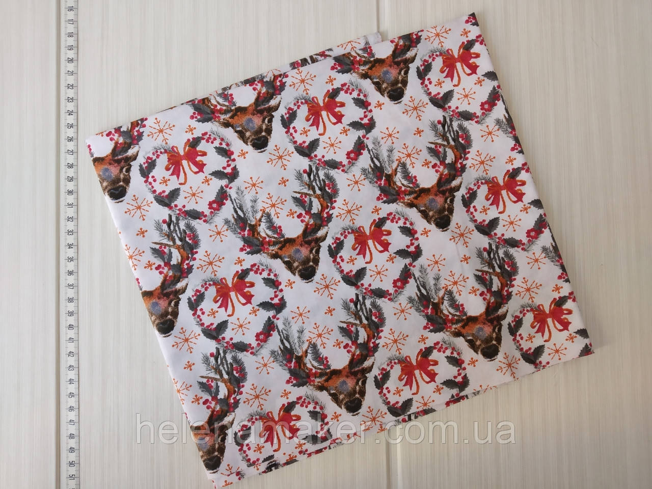 Отрез новогодней ткани Олени с красным веночком 50*50 см