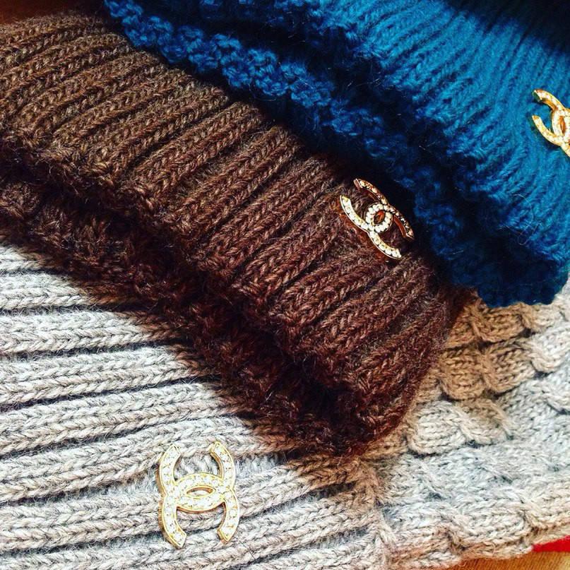Вязаная шапка Шанель с натуральным помпоном (разные цвета)