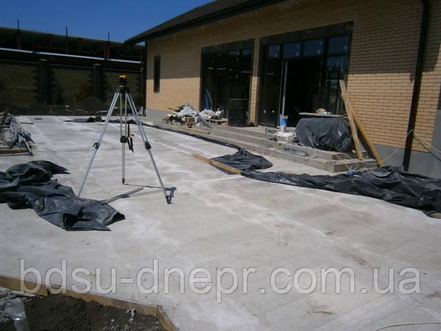 Устройство бетонного основания в частном дворе под укладку тротуарной плитки