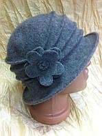 Шляпка из мягкого фетра с небольшими полями с кладками и цветком