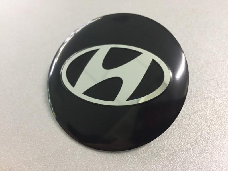 Наклейки Hyundai D56 мм алюминий (Серебристый логотип на черном фоне)