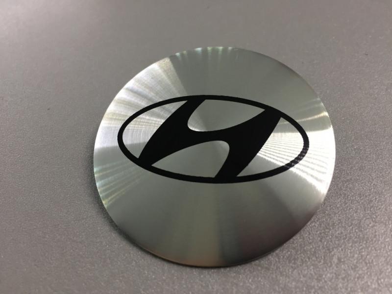 Наклейки Hyundai D56 мм алюминий (Черный логотип на серебристом фоне)