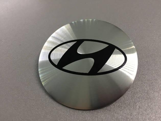 Наклейки Hyundai D56 мм алюминий (Черный логотип на серебристом фоне), фото 2
