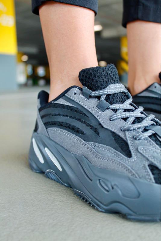 Женские кроссовки Adidas Yeezy Boost 700 в стиле Адидас Изи Буст ЧЕРНЫЕ (Реплика ААА+)