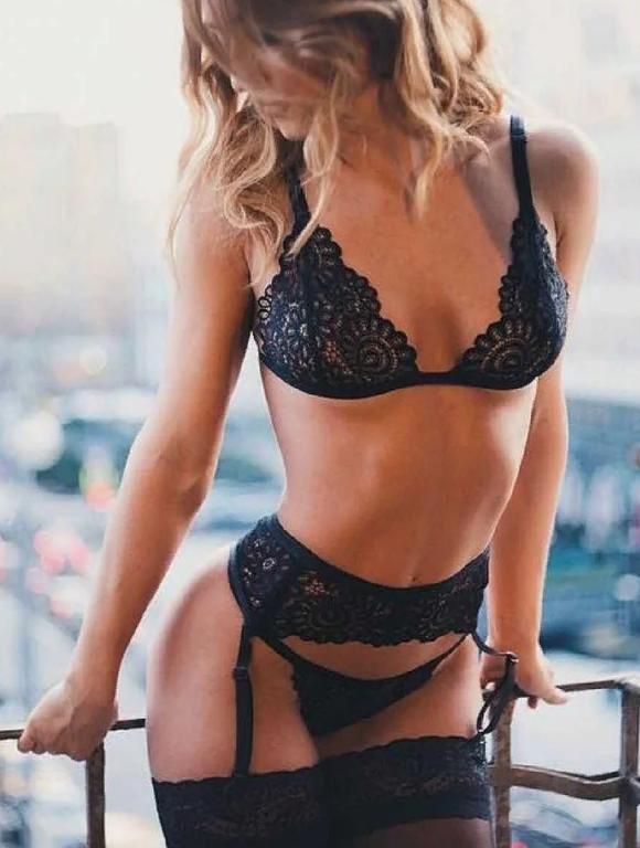 Сексуальное чёрное белье с поясом для чулок