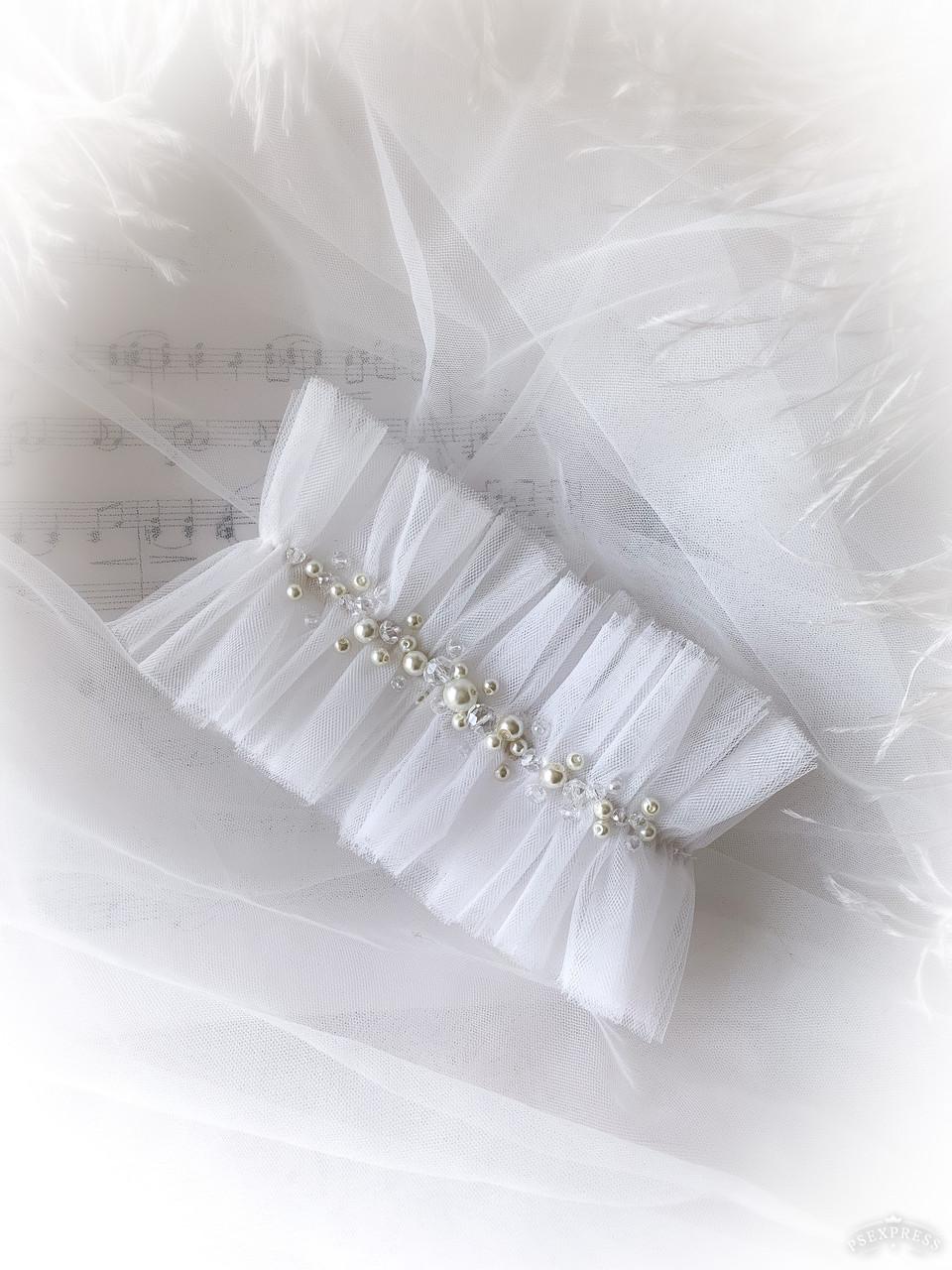 Подвязка на ногу молочного цвета с жемчужинами
