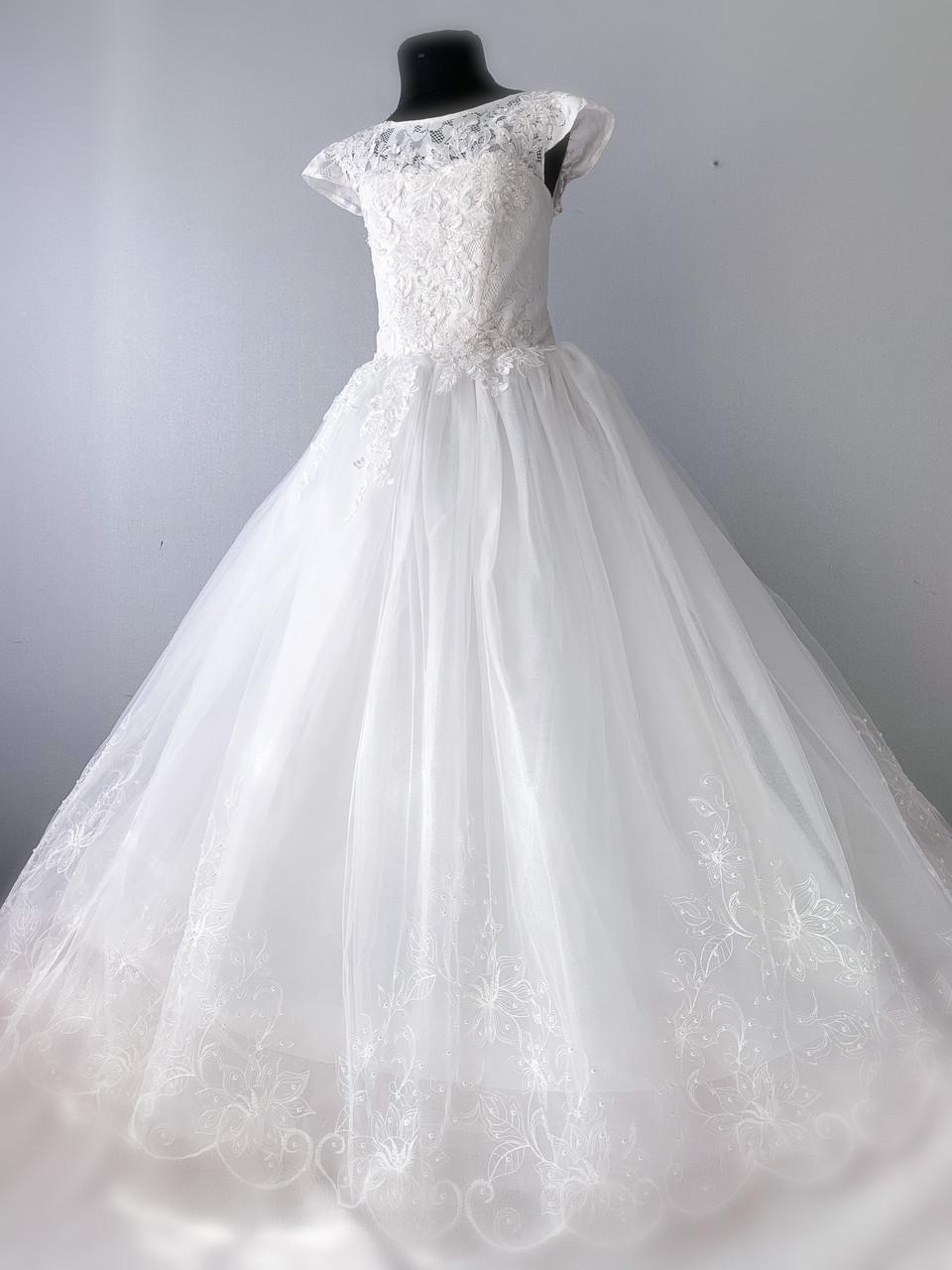 Нарядное платье для девочки молочного цвета с кружевом