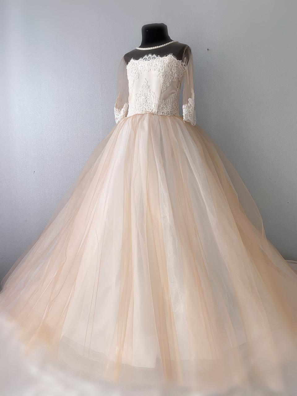 Шикарное платье с рукавами в нюдовом оттенке