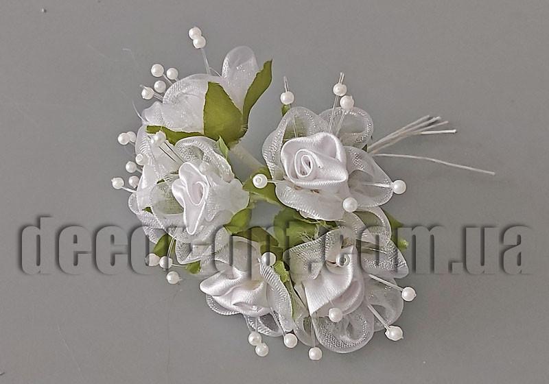 Букет из белых атласных бутонов цветов с фатином 1,5-3см